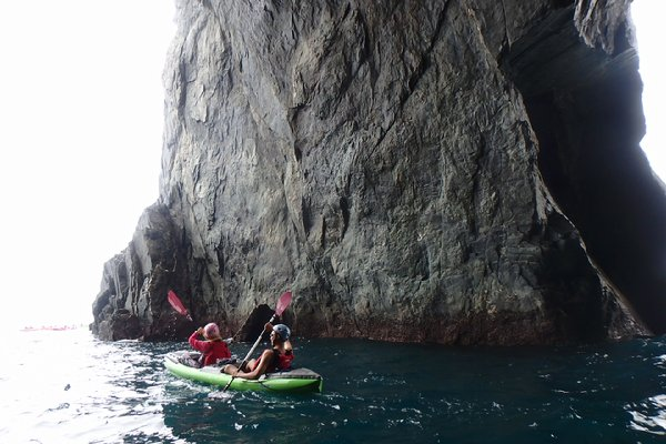划獨木舟穿越海蝕洞後