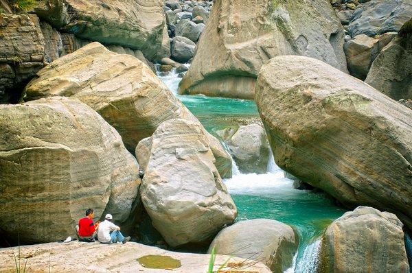 巨大的岩石,人類的渺小